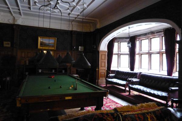Smoking and billiards rooms