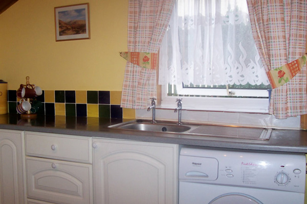 Glen Nevis Cottage - Kitchen with washing machine
