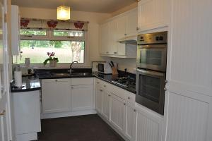 Ardrhu Cottage - fully equipped kitchen