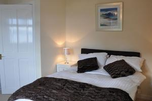 Ardrhu Cottage - Master bedroom with ensuite bathroom
