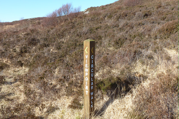 Waymarker post for the viewpoint on the moorland above Sonachan